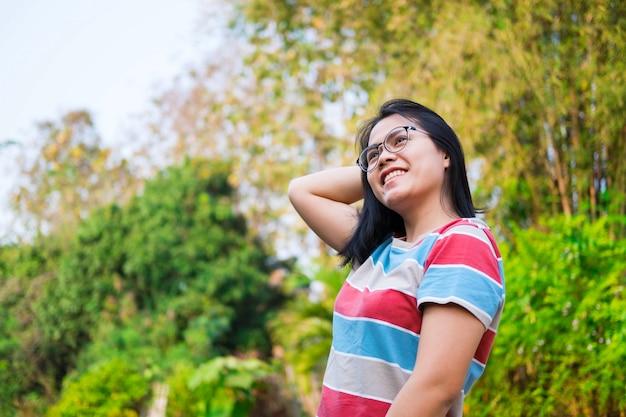 Усмехаясь женщина азии в естественном