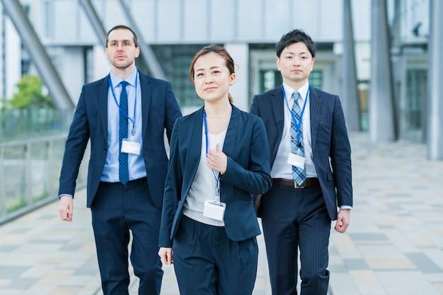 笑顔のアジアのビジネスウーマンと彼女のビジネスチーム