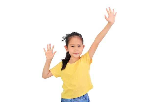 Улыбающаяся азиатская маленькая девочка, взявшись за руки вверх