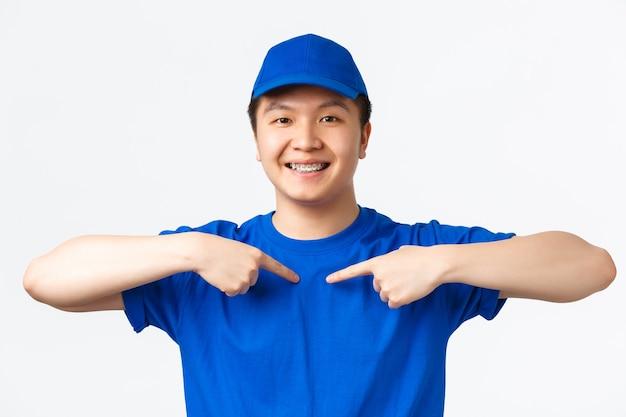 Улыбающийся азиатский мужчина-курьер в синей форме