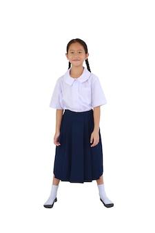 흰색 배경에 격리된 태국 교복을 입은 아시아 여학생을 웃고 있습니다. 클리핑 패스가 있는 이미지 전체 길이