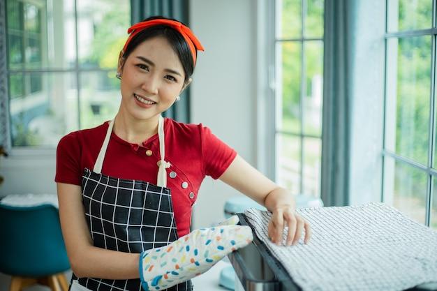 料理とカメラを見て笑顔のアジアの女性