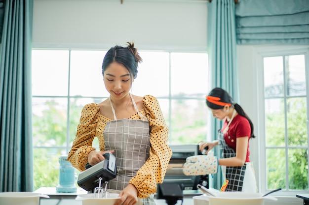 笑顔のアジアの女性料理