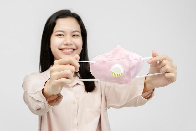 마스크를 쓰고 웃는 아시아 여자