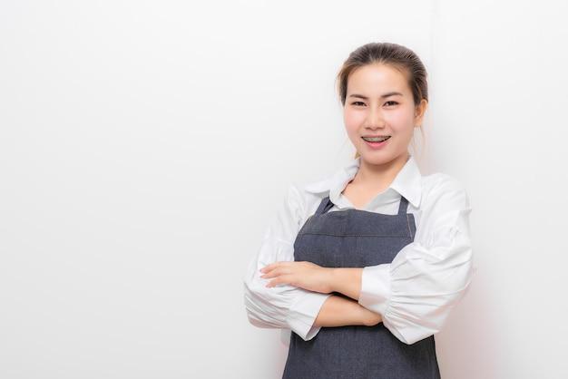 エプロンで笑顔のアジアの女性 Premium写真