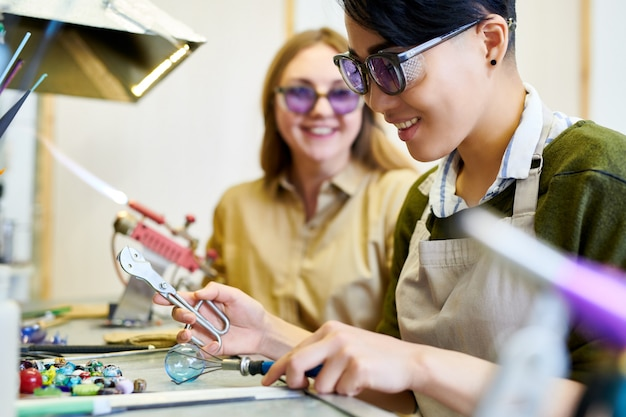 ガラスを扱うアジアの女性の笑顔