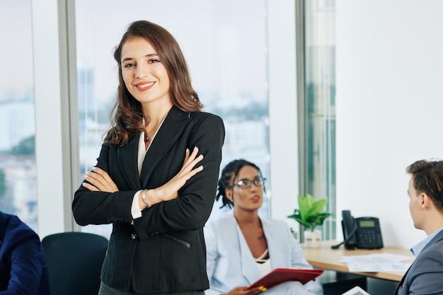 笑顔の魅力的な女性実業家