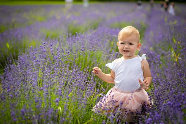 ラベンダー畑チェコ共和国のピンクのドレスで笑顔の女の赤ちゃん