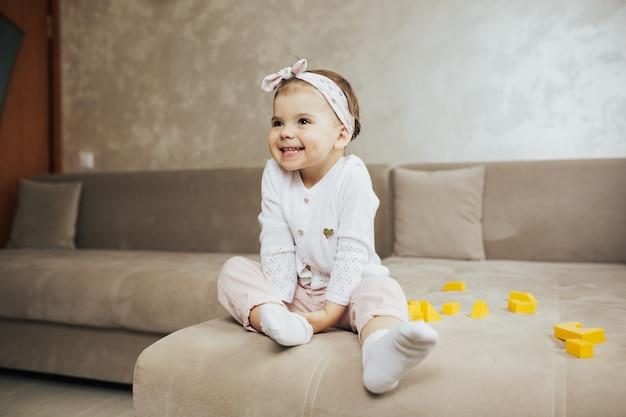 ソファに座って笑顔の女の赤ちゃん