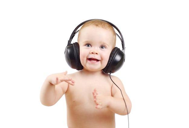흰색 배경 위에 헤드폰을 끼고 웃는 아기