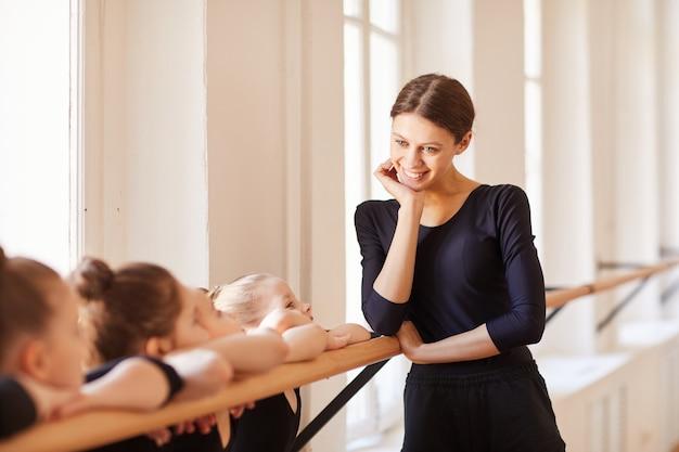 笑顔のバレエ教師