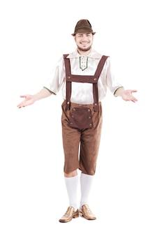 シャツと革のズボンで笑顔のバイエルン人