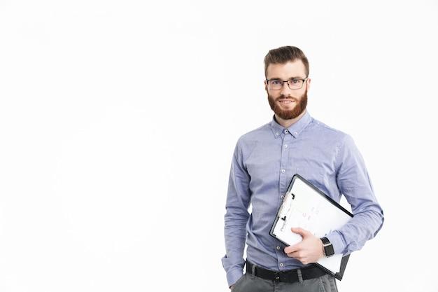 Улыбающийся бородатый элегантный мужчина в очках держит буфер обмена и смотрит