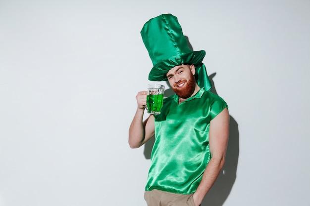 緑の衣装で笑顔のひげを生やした男