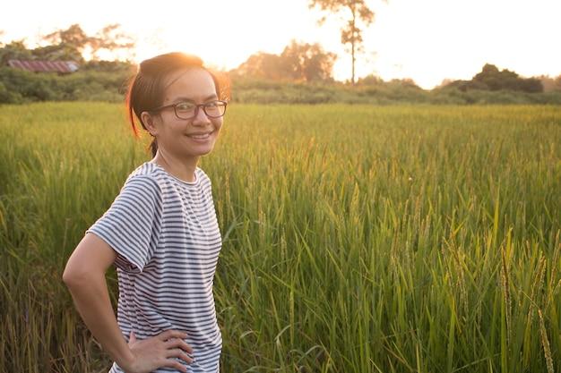 웃는 아름 다운 아시아 여자 야외