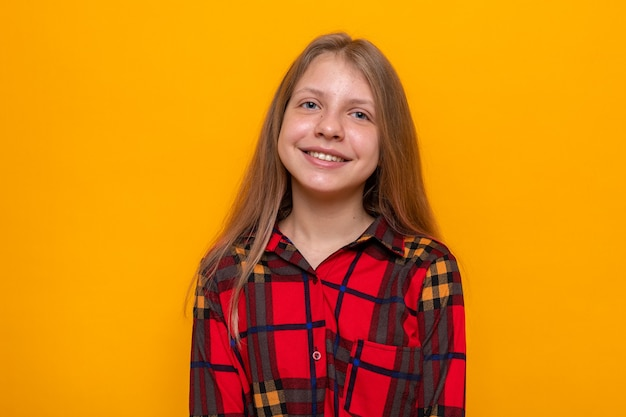 赤いシャツを着て笑顔の美しい少女
