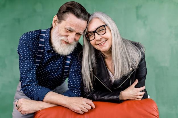 一緒に時間を楽しんで恋に美しい年配のカップルの笑顔