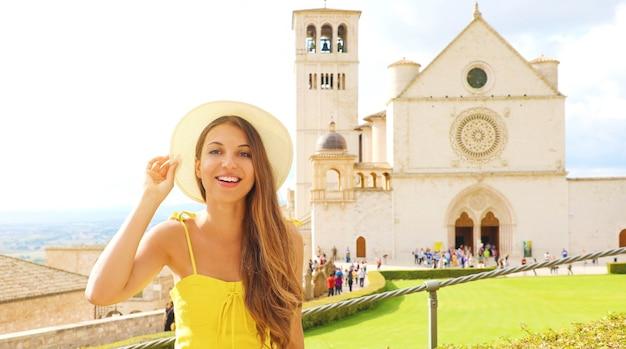 イタリア、アッシジの笑顔の美しい観光少女