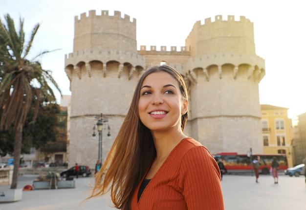 Улыбающаяся красивая туристическая девушка в валенсии, испания