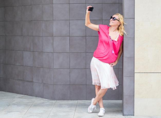 Selfie를 복용 웃는 아름 다운 여자