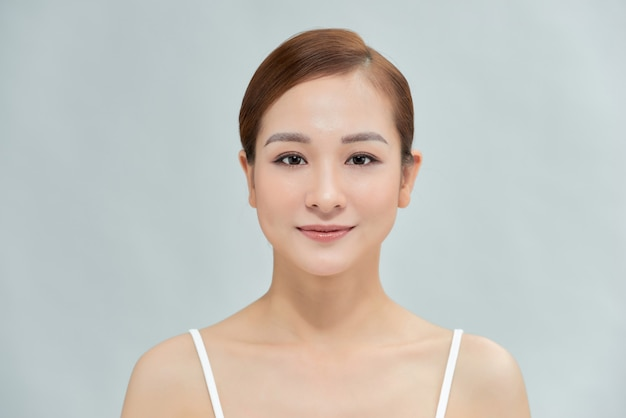 茶色の髪の美しい女性の笑顔
