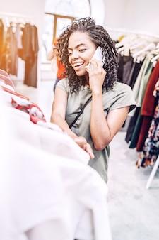 店で電話で話す笑顔の黒人女性
