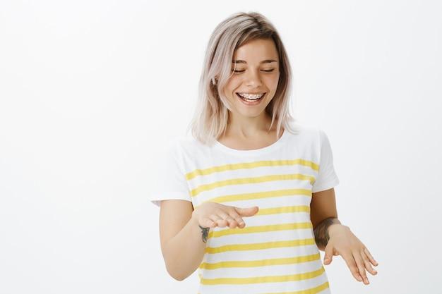 스튜디오에서 포즈 웃는 금발 소녀