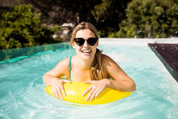 수영장에서 풍선과 함께 웃는 금발
