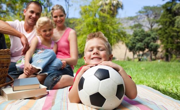 サッカーボールを持っている笑顔の少年