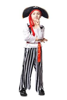 Улыбающийся мальчик в костюме пирата и шляпе, позирует на белом изолированном фоне.