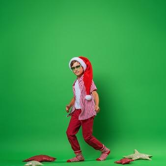 サンタ帽子の笑顔の少年