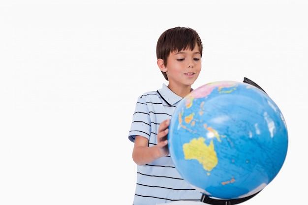 地球を見る笑顔の少年
