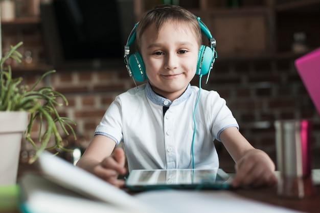 Улыбающийся мальчик с планшетом