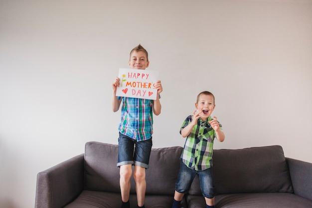 母の日ポスターで少年たちを笑わせる