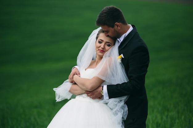 야외에서 그녀의 남편과 함께 즐기는 신부 미소