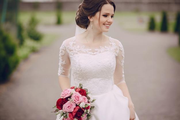 Улыбка невесты с ее букет