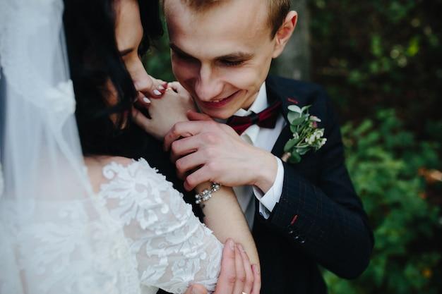 花嫁の腕を保持して笑顔の箒