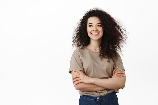 白の上のブルネットの巻き毛の女性の笑顔