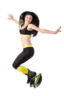 캉 구에서 점프하는 긴 머리를 가진 웃는 갈색 머리 소녀 신발 점프.
