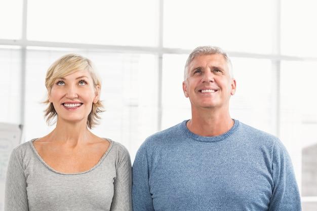 上に見える笑顔のビジネス同僚 Premium写真