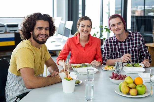 사무실에서 식사 웃는 기업 임원