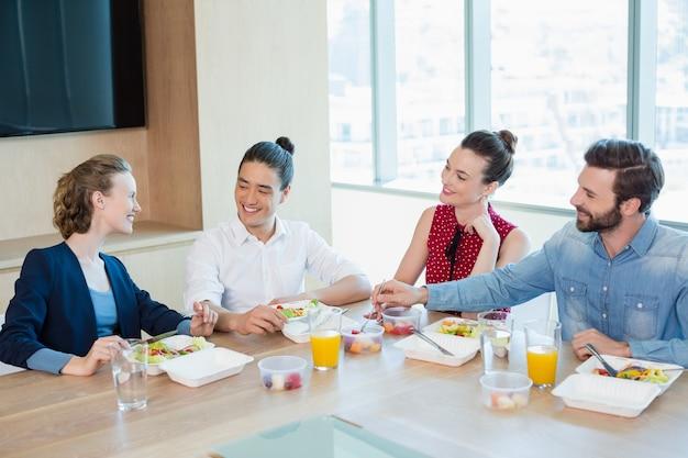사무실에서 식사를하는 기업 임원 미소