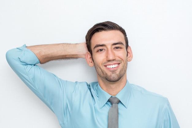 Улыбающийся деловой человек с рукой за головой