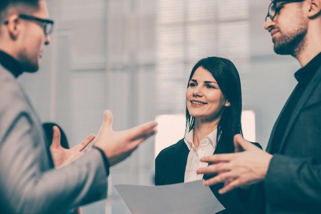 Улыбающиеся деловые партнеры, пожимая друг другу руки. концепция сотрудничества