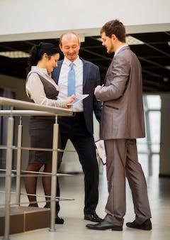 オフィスで何かを議論する笑顔のビジネスチーム