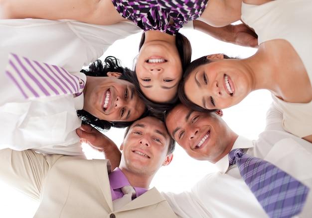 一緒に頭を持つサークルのビジネスチームを笑顔