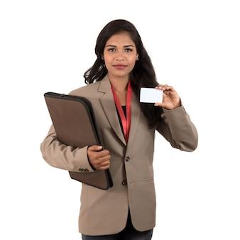 白い背景の上に空白の名刺またはidカードを保持している笑顔のビジネス女性