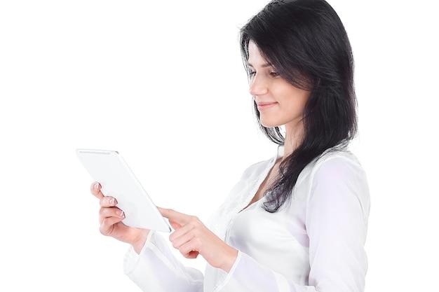 사무실의 자에 앉아 웃는 비즈니스 여자. 흰색 배경에 고립