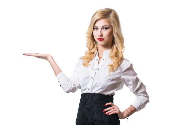 두 팔을 교차 웃는 비즈니스 우먼. 세로 흰색 배경에 고립입니다.