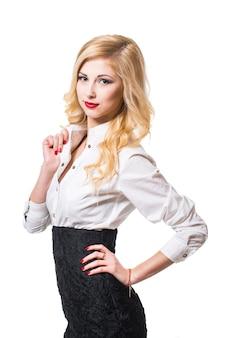 Sorridente donna d'affari con le braccia incrociate. ritratto isolato su sfondo bianco.